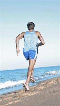 <b>DEPORTE Y CALOR.</b> Un corredor se entrena en la playa.