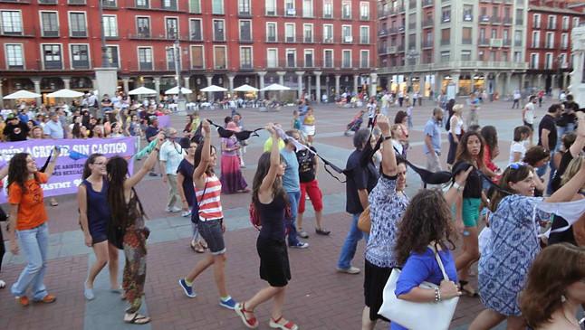 Cadena de sujetadores en Valladolid durante la manifestación para pedir la dimisión del alcalde.