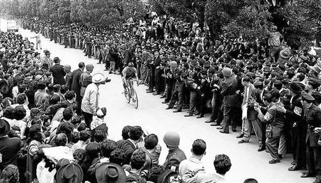 Miles de personas esperaban la llegada de Ram�n Hoyos, en los a�os 50, cuando gan� la Vuelta a Colombia en cinco ocasiones con 38 victorias de etapa.