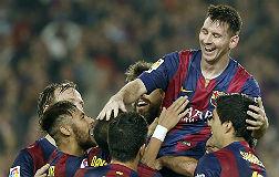 Messi, levantado por sus compa�eros.