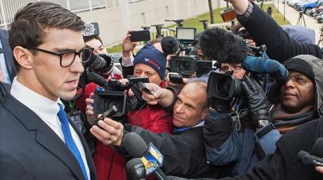 Phelps atiende a la prensa tras o�r la sentencia