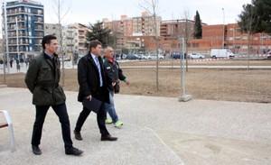 El tinent dalcalde de Presidència, Josep Ayuso, acompanyat del regidor de Comerç, Consum i Turisme, Carles Bosch, i un membre de lAssociació de veïns, visiten les obres de la zona nord