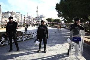 Varios policías, en la zona del atentado de Estambul.