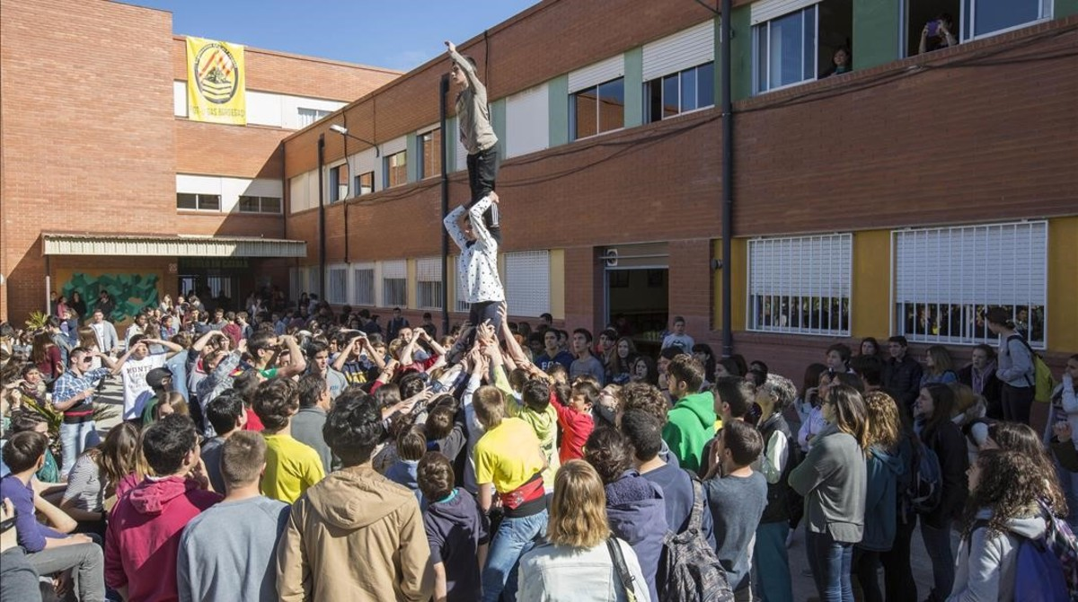 Alumnos del Institut Alt Camp de Vilafranca del Penedès durante un ensayo, el 13 de abril.