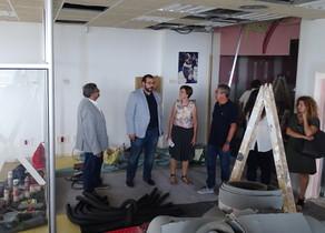 El alcalde de Mataró, David Bote, visitando las instalaciones del nuevo medio público de comunicación de la ciudad, junto a Joaquim Fernàndez, presidente de Mataró Audiovisual.