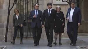 Joana Ortega, Artur Mas e Irene Rigau, junto a Carles Puigdemont y Oriol Junqueras, el pasado mes de marzo en el Palau de la Generalitat.
