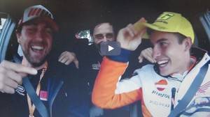 Marc Márquez bromea con la gorra de Valentino Rossi en el video de GPone.com.