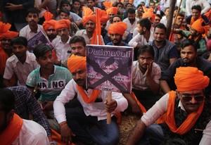 Mimebros de la casta india de los Rajput protestan contra el estreno de la producción de Bollywood Padmavati.