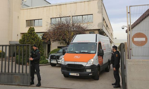 Agentes de la Guardia Civil en el registro de la sede de Unipost en LHospitalet, este jueves