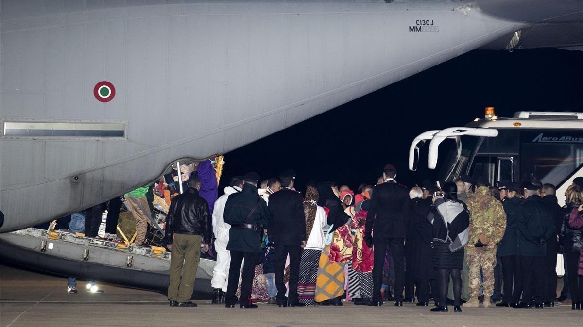 Los refugiados llegan la noche de este vienres al aeropuerto de Pratica di mare , en Roma