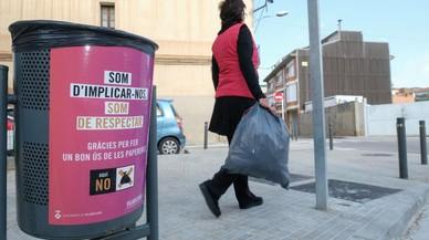 Viladecans vol reduir l'incivisme d'utilitzar les papereres com a contenidors