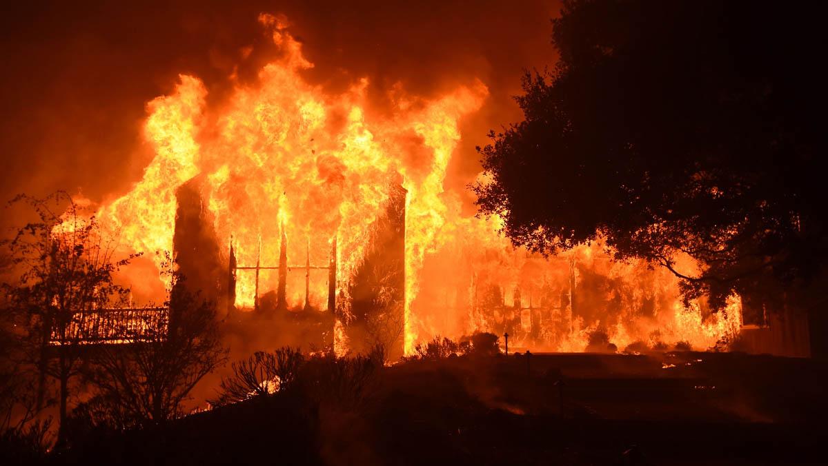Almenys 17 morts pels incendis forestals que arrasen Califòrnia