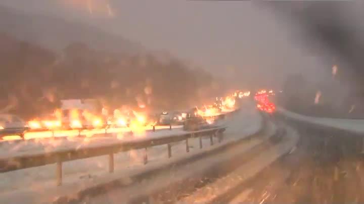 La intensa nevada la ha convertido en una ratonera para miles de vehículos.