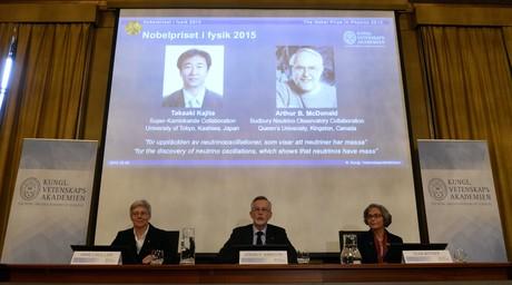 El comit� del Nobel anuncia el premio de F�sica para Takashi kajita y Arthur B. McDonald, en la pantalla.