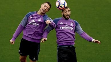 Cristiano Ronaldo y Benzema disputan el bal�n durante el entrenamiento de este s�bado en la ciudad deportiva de Valdebebas.