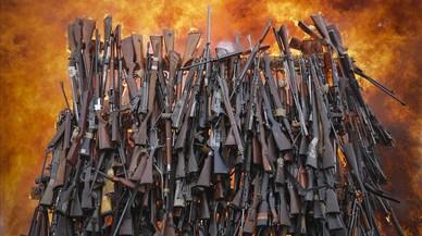 Destrucción de varias armas de fuego en Ngong, Kenia. Un total de 5 250 armas ilegales fueron destruidas por el Gobierno en un intento de parar el flujo de armamento ilegal en el pais.