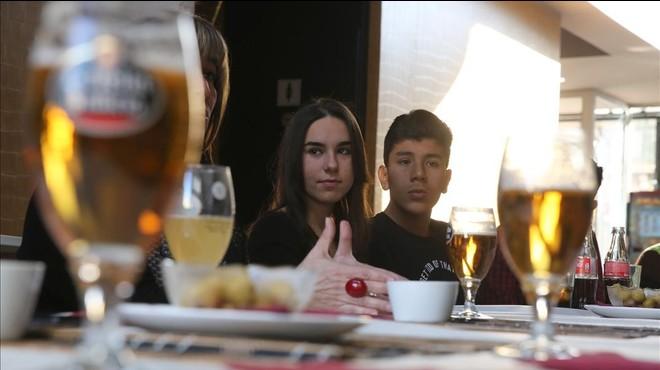 Felipe y Mar�a, dos j�venes de L'Hospitalet, estudiantes de la ESO y de Bachillerato, en el almuerzo con N�ria Mar�n, tras la copa de cerveza.