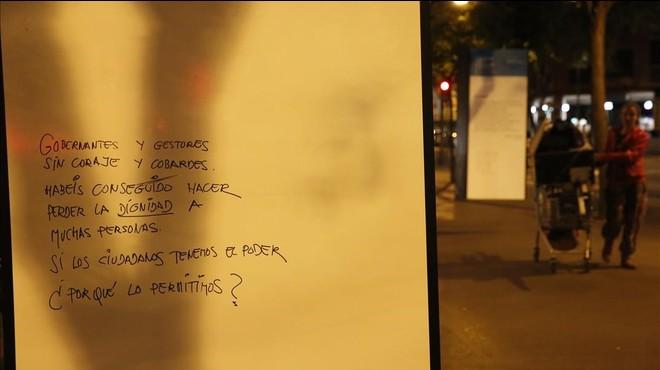 Colau ordena tapar un poema antipolicial davant d'una comissaria a Barcelona