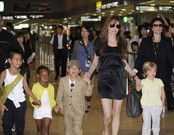 Imagne de archivo del 2010 de Angelina con sus hijos Maddox, Zahara, Pax y Shiloh, en el aeropuerto de Tokio.�
