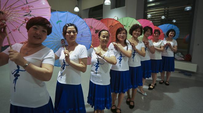 Grupo de baile de Arc de Triomf, pone en el dorsal de sus camisetas. Practican'guang chang wu' todos los miércoles de 20 a 22 horas en elCasal de Barri Pou de la Figuera.