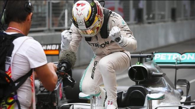 Lewis Hamilton celebra la victoria sobre su Mercedes.