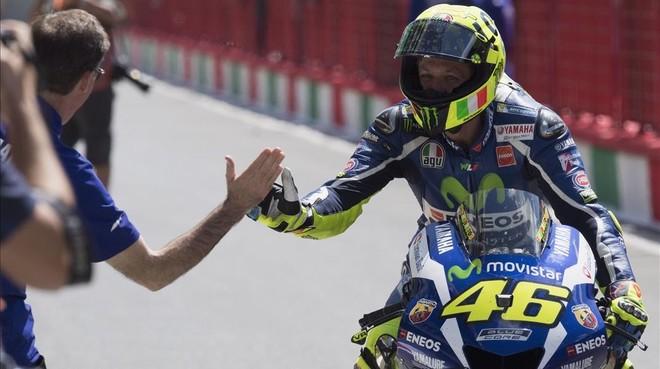 Lin Jarvis, jefe de Yamaha, felicita a Valentino Rossi por su 'pole' en Mugello.