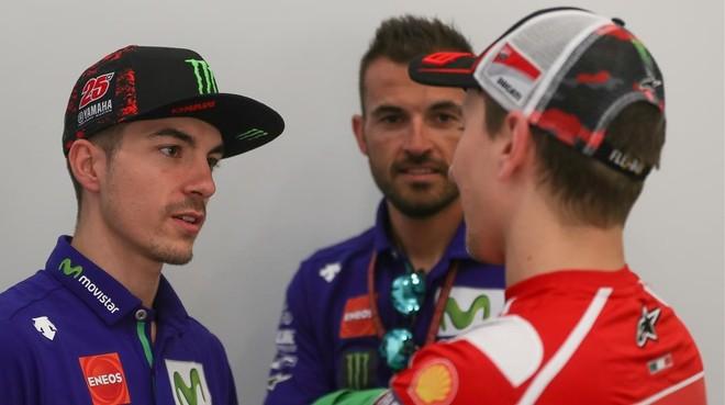 Maverick Viñales conversa hoy con Jorge Lorenzo antes de la conferencia de prensa de Doha.