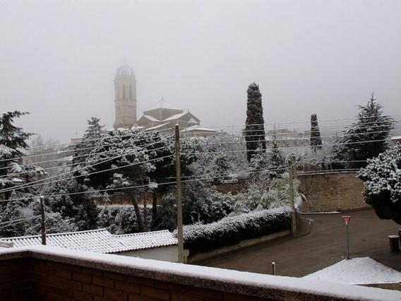 Preciosa captura de Moià cubierto de nieve.