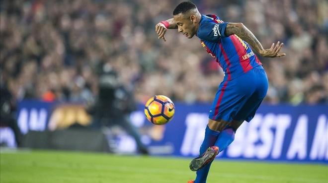 Neymar controla el balón en el Barça-Granada del Camp Nou.