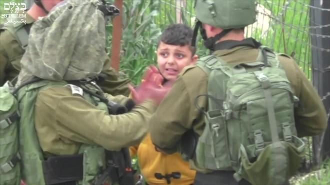 Soldados israelís detienen a un niño palestino de 8 años en Hebrón.