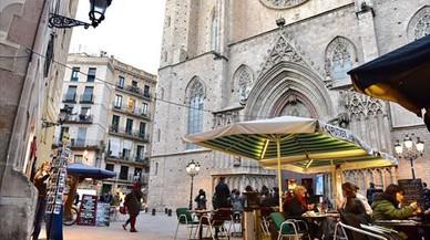 Terrazas de bares y restaurantes,frente a Santa Maria del Mar, en el barrio de la Ribera.
