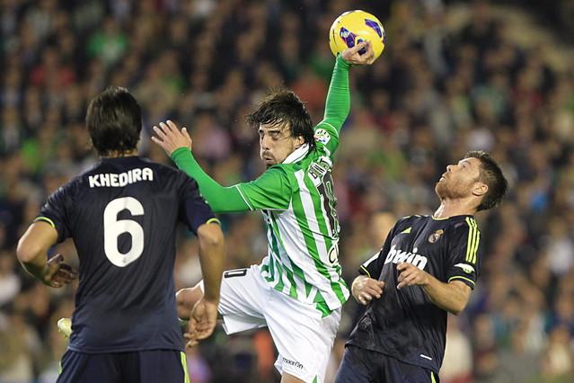 El Betis gana al Madrid y sacude la Liga (1-0)