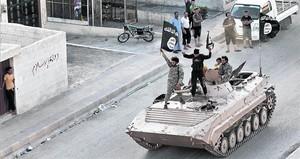 Yihadistas del Estado Islámico (EI) en un tanque por las calles de Raqqa.<BR/>