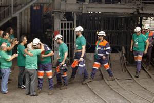 Los mineros salen de su encierro de 18 días en los pozos