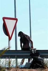 Una prostituta espera clientes en una rotonda de la carretera C-68, de Figueres a Roses, esta semana.