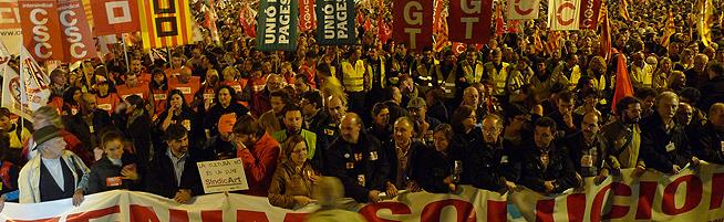 La cabecera de la manifestación avanza por el paseo de Gràcia de Barcelona. JULIO CARBÓ