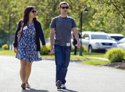 Mark Zuckerberg, creador de Facebook, pasea junto a su esposa, Priscilla Chan.