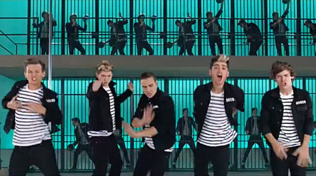 Los componentes de One Direction en su vdeo de 'Kiss You' recuerdan a Elvis en 'Jailhouse Rock'.