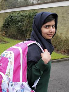 Malala Yousufzai sonríe a la cámara mientras se dirige a un colegio paquistaní para niñas en Edgbaston