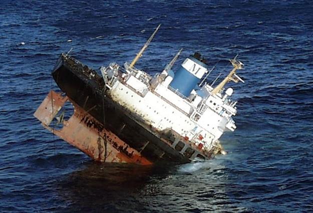 Imagen del Prestige, hundiéndose ante las costas gallegas, el 19 de noviembre del 2002.