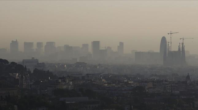 Vista de la contaminació sobre Barcelona des de la carretera de les Aigües, el desembre passat.
