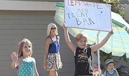 Tori Spelling vende limonada con sus hijos