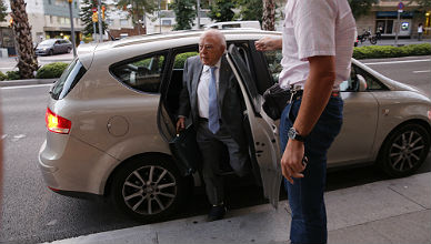 El 'expresident' regresa a su domicilio, este lunes, con el pie derecho sin zapato.