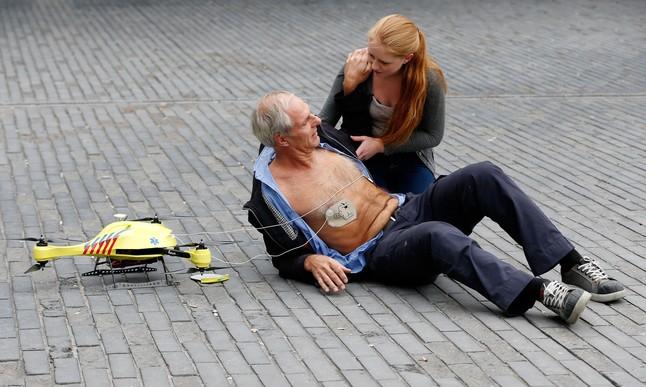 Presentación del 'drone ambulancia' en el campus de la Universidad de Delft, este martes.