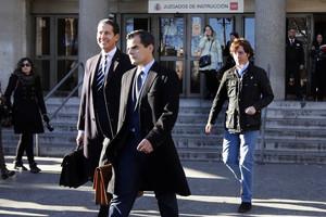 El pequeño Nicolás, detrás de sus ya exabogados, el pasado 9 de enero a la salida de los juzgados de plaza Castilla.
