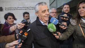 El exconcejal de Valencia Vicente Aleixandre, a su salida del juzgado, donde ha acudido a declarar en calidad de investigado por el caso Imelsa.
