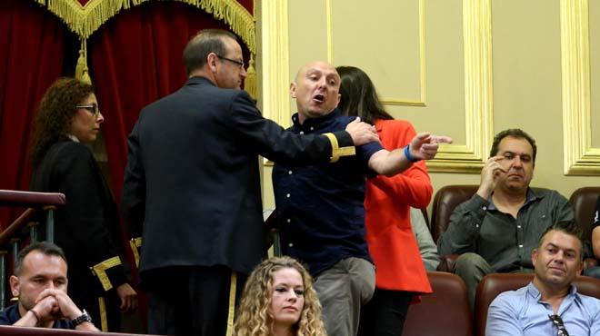 Desalojan a los estibadores presentes en el Congreso por increpar al portavoz del PP