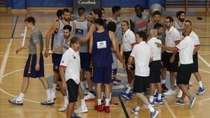 Los jugadores de la selección, al concluir el entrenamiento de este jueves en Madrid