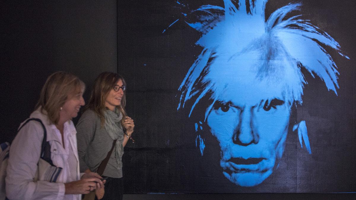 La exposición Warhol. El arte mecánico recorre en CaixaForum toda la trayectoria del artista más icónico del siglo XX.