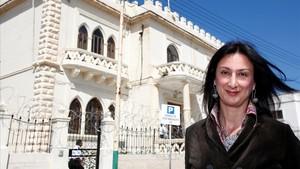 Daphne Caruana, en el exterior de la embajada libia en La Valeta, el 6 de abril del 2011.